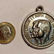 Medallas temáticas: MEDALLA DE LOS REYES DE ESPAÑA Y ESCUDO.. Lote 244416695