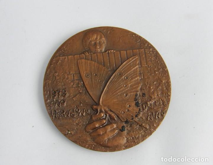 Medallas temáticas: MEDALLLA DE GRANDES DIMENSIONES DEDICADA AL NIÑO Y SU FUTURO Y SU VISION DE LA VIDA. MIDE 8,5 CMS. - Foto 2 - 251801175