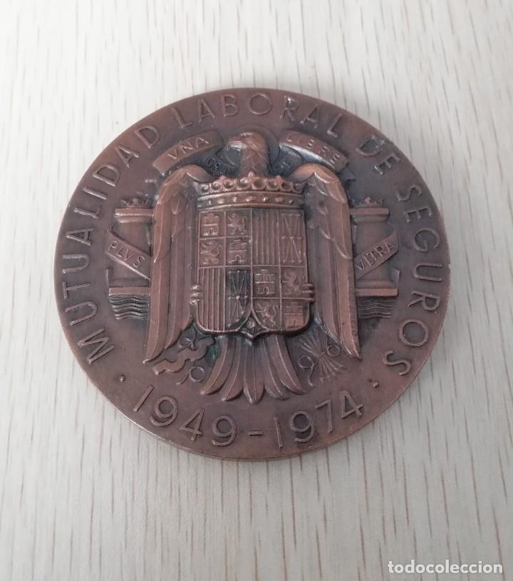 MEDALLA MUTUALIDAD LABORAL DE SEGUROS 25 ANIVERSARIO, MIDE 7 CM DIAMETRO, PESA 170 GRAMOS, DISEÑAD (Numismática - Medallería - Temática)