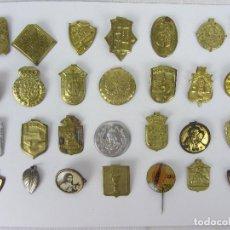 Medallas temáticas: LOTE DE 28 MEDALLAS O ESCUDOS DE SOLAPA - AÑOS 1940-1950 - RELIGIOSAS, MILITARES Y POLÍTICAS. Lote 259906840
