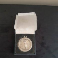 Medallas temáticas: ANTIGUA MEDALLA DE MUJER JUGANDO AL GOLF.. Lote 269801608