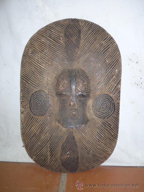 ANTIGUO Y ORIGINAL ESCUDO DE TRIBU AFRICANA, DE MADERA TALLADA (Militar - Complementos Para Armas Blancas)