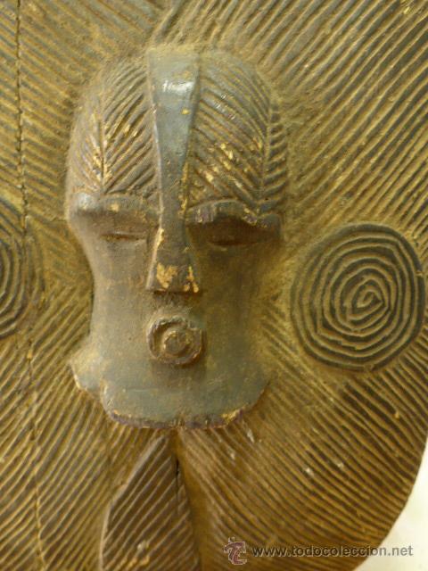 Militaria: Antiguo y original escudo de tribu africana, de madera tallada - Foto 2 - 44048239