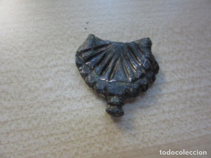 Militaria: Contera de funda en bronce en forma de concha probablemente medieval - Foto 5 - 133571390