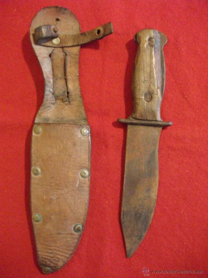 ANTIGUO CUCHILLO PUÑAL DE CAZA DE MADERA Y METAL CON FUNDA DE CUERO (Militar - Armas Blancas Originales Fabricadas entre 1851 y 1945)