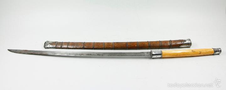 BHA TAILANDÉS CON EMPUÑADURA EN PLATA Y HUESO, FUNDA DE MADERA. 79 CM DE LARGO. SABLE - ESPADA (Militar - Armas Blancas Originales de Fabricación Anterior a 1850)