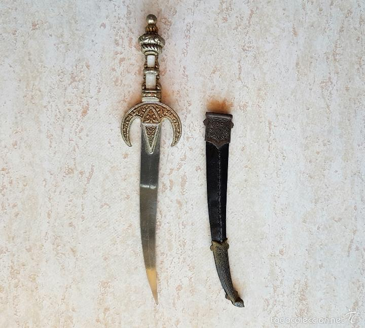 Militaria: Antigua reproducción de puñal o daga de estilo arabesco con aplicaciones en símil de nacar . - Foto 5 - 59179755
