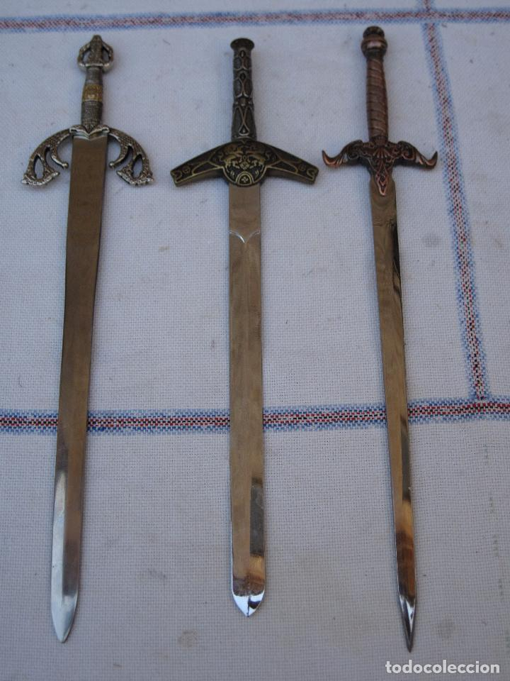LOTE DE TRES ESPADAS DE TOLEDO. (Militar - Armas Blancas, Reproducciones y Piezas Decorativas)