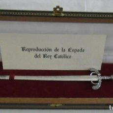 Militaria: 269 - REPRODUCCION DE LA ESPADA DEL REY CATOLICO PEQUEÑA PLATA, ABRECARTAS EN ESTUCHE DE LUJO, . Lote 98114315