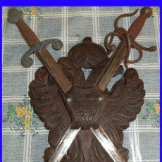 Militaria: ANTIGUA PANOPLIA TOLEDANA EN MADERA CON 2 ESPADAS TIZONA Y COLADA ESCUDO 30/22 CM. ESPADAS 43 CM. Lote 112018767