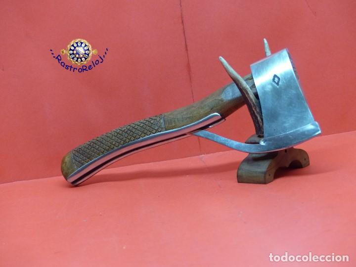,,, HACHA CON PROTECTOR DE CORTE,,,MADERA Y ACERO PULIDO,,, (Militar - Armas Blancas Originales de Fabricación Posterior a 1945)