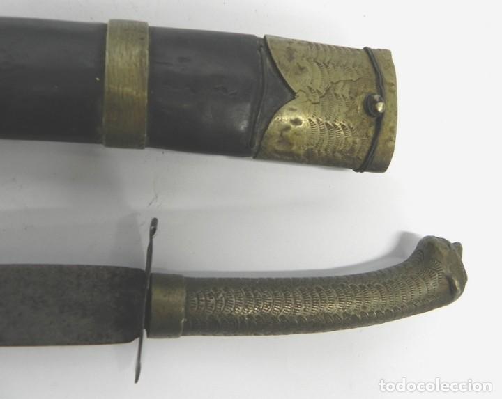 Militaria: Antiguo cuchillo o daga con empuñadura zoomorfa, zoomorfo, muy antiguo siglo XIX, con su vaina origi - Foto 8 - 133812662
