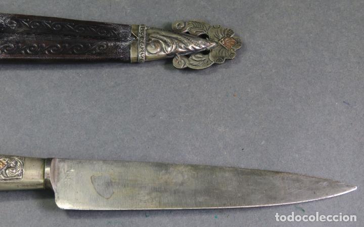 Militaria: Daga facon argentino en hierro y metal blanco con funda cuero Juca Tandil Argentina siglo XX - Foto 8 - 139974350