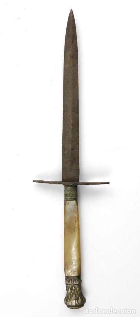 ANTIGUO PUÑAL CON EMPUÑADURA DE NÁCAR. 26 CM. DE LARGO TOTAL. (Militar - Armas Blancas Originales de Fabricación Anterior a 1850)