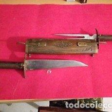 Militaria: ANTIGUO SET DE CAZADOR PUÑAL Y TRINCHADOR CON FUNDA DE MADERA. Lote 147299434