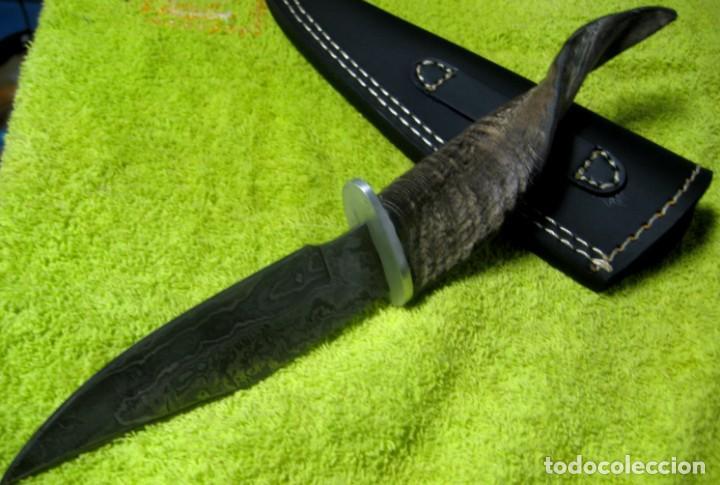 Militaria: cuchillo de caza en damasco y cuerno de antílope. 25cm. + funda - Foto 2 - 148238178