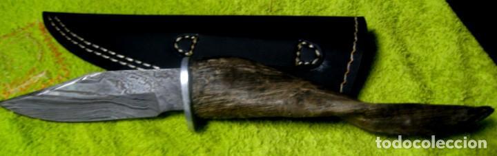 Militaria: cuchillo de caza en damasco y cuerno de antílope. 25cm. + funda - Foto 3 - 148238178