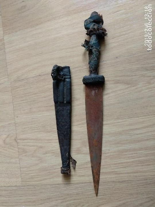 ANTIGUO CUCHILLO ARABE HOJA 18 CM, TOTAL 29 CM,EMPUÑADURA MAL, VAINA CUERO CON BOQUETES POLILLA, VER (Militar - Armas Blancas Originales Fabricadas entre 1851 y 1945)