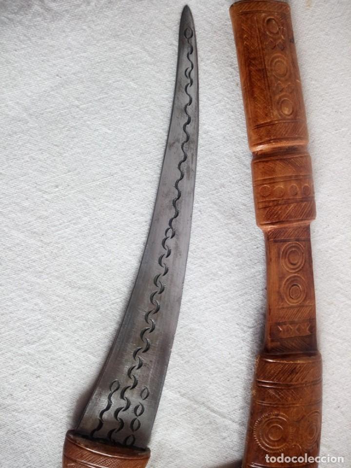 Militaria: Antigua daga con vaina de cuero,decoraciones en la hoja. - Foto 4 - 173931839