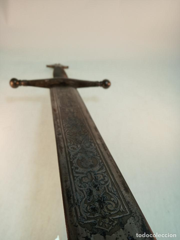 Militaria: Enorme espada de 126 cm. de longitud.Hoja grabada con escudo. Pieza artesanal. - Foto 5 - 189296328