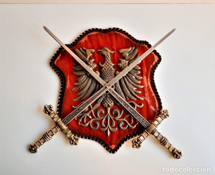 ESCUDO TERCIOPELO RUSIA O ALEMANIA AGUILA LATON RELIEVE CON ESPADAS HIERRO Y BRONCE (ALTO VALOR) (Militar - Armas Blancas Originales Fabricadas entre 1851 y 1945)