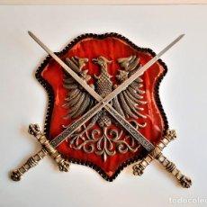 Militaria: ESCUDO TERCIOPELO RUSIA O ALEMANIA AGUILA LATON RELIEVE CON ESPADAS HIERRO Y BRONCE (ALTO VALOR). Lote 195329807
