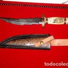 Militaria: CUCHILLO EN ACERO DAMASCO 34CM BRONCE Y HUESO- GRABADO. Lote 198059898