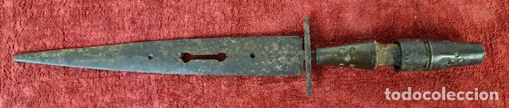 DAGA ALBACETEÑA. HOJA DE ACERO. EMPUÑADIRA DE MADERA Y METAL. SIGLO XVII-XVIII. (Militar - Armas Blancas Originales de Fabricación Anterior a 1850)
