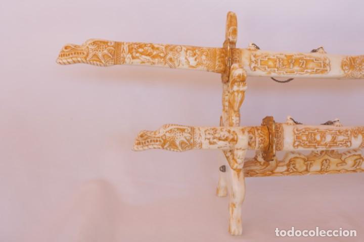 Militaria: Dos sables katana de hueso/resina con hoja de acero inoxidable y soporte original - Foto 3 - 238447790