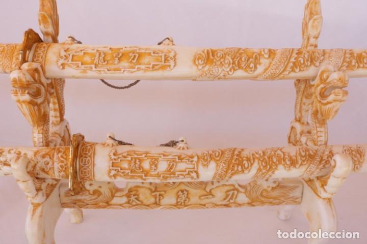 Militaria: Dos sables katana de hueso/resina con hoja de acero inoxidable y soporte original - Foto 8 - 238447790
