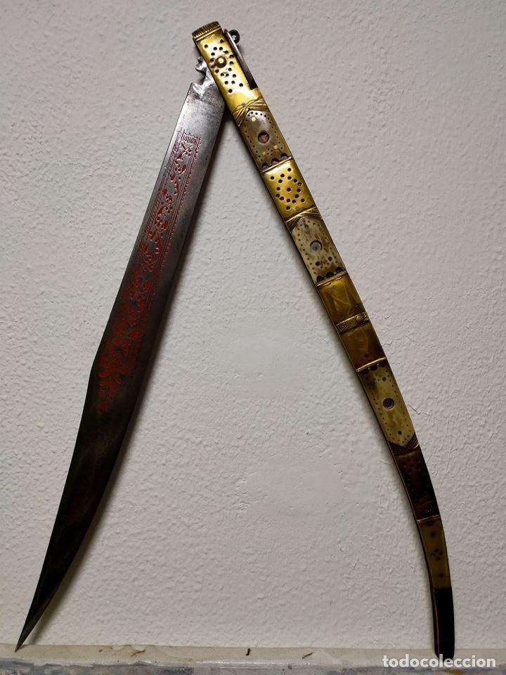EXCEPCIONAL NAVAJA DE 96 CM DEL SIGLO XIX DE ESPEJITOS, CON PROFUSA DECORACIÓN Y GRABADOS. (Militar - Armas Blancas Originales de Fabricación Anterior a 1850)