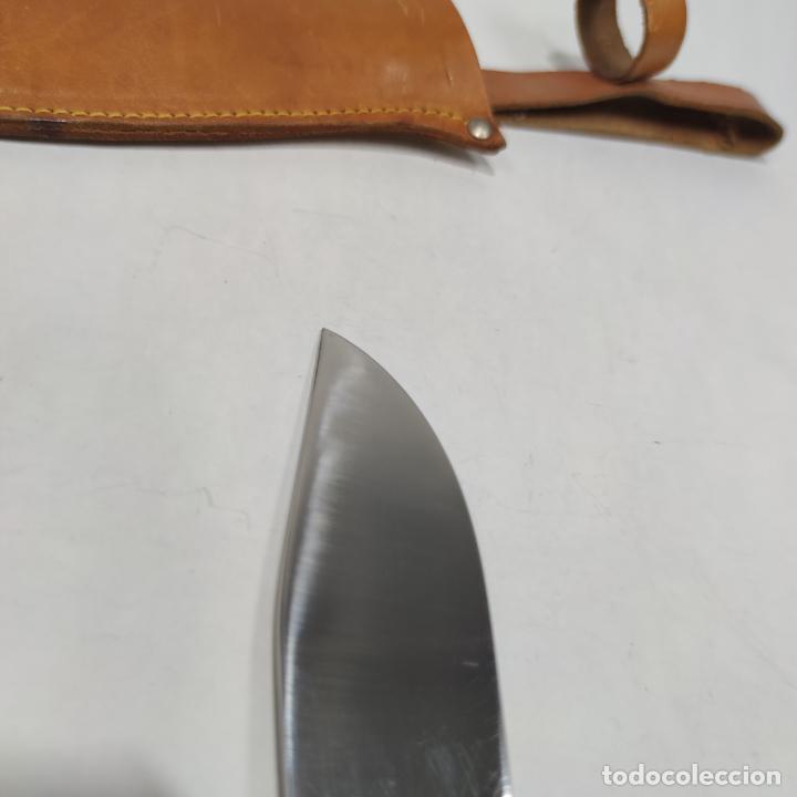 Militaria: Puñal de caza o montería con funda. Muela. Acero inoxidable. Cacha de asta o similar. 27 cm. - Foto 8 - 265539364