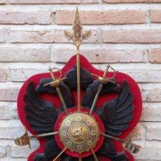 Militaria: PANOPLIA ESCUDO MADERA AGUILA BICEFALA DE TOLEDO Y REPLICAS ARMAS.. Lote 266454138