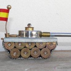 Militaria: GENIAL TANQUE ANTIGUO JUGUETE CON CARTUCHOS BALAS BANDERA ESPAÑA CORREA RELOJ. Lote 40364999