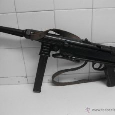 Militaria: MP40 ALEMANA REPLICA EN METAL PIEZAS MOVIBLES Y CARGADOR EXTRAIBLE DECORACION E INERTE. Lote 105796575