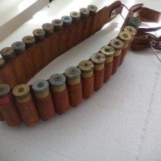 Militaria: CANANA O CARTUCHERA DE PIEL + 25 CARTUCHOS ANTIGUOS DE CARTÓN + 2 PORTACAZA. CAZA. INERTE.CALIBRE 12. Lote 56281921