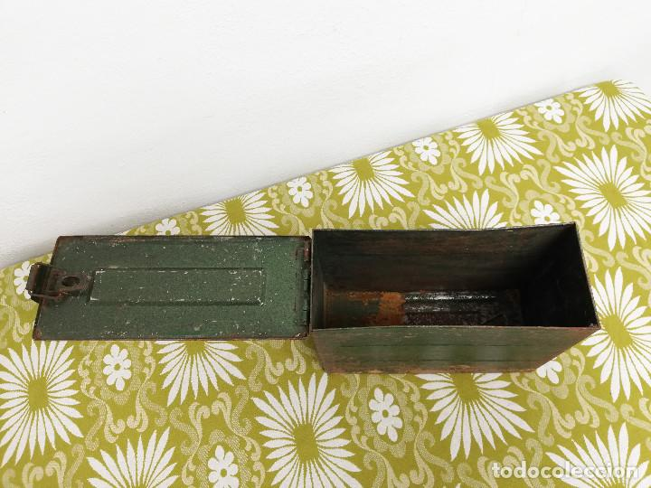 Militaria: Antigua caja militar, metalica de chapa para municion de ametralladora. Vacia. - Foto 3 - 128425967