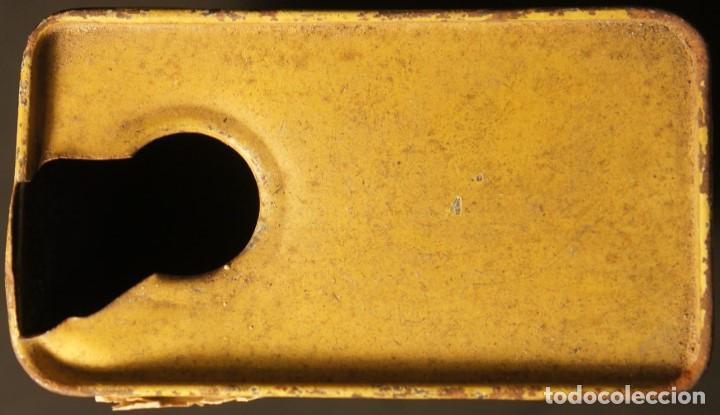 Militaria: Antiguo bote, caja o lata de pólvora de caza sin humo. P.S.B. Santa Bárbara. 250grs. - Foto 7 - 146943402