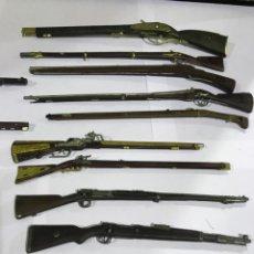 Militaria: LOTE DE 9 RIFLES Y 2 PISTOLAS RÉPLICAS EN MINIATURA.. Lote 155467786