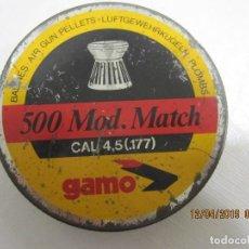 Militaria: ANTIGUA CAJA DE 500 BALINES DIABOLO GAMO.CON UNOS POCOS BALINES . Lote 160097306