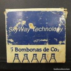 Militaria: ANTIGUA CAJITA SKYWAY TECHNOLOGY CON 5 BOMBONAS DE CO2 NUEVAS SIN USAR. Lote 219316982
