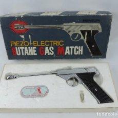 Militaria: PISTOLA VINTAGE BUTANE GAS MATCH, PIEZO - ELECTRIC, GUN COLLECTIBLE IN BOX, NO PROBADA, NO TIENE GAS. Lote 202071900