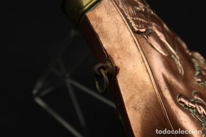 Militaria: Antigua Polvorera de Cobre y Laton Grabadas Escenas de Caza - Foto 5 - 219894775