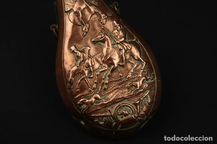 Militaria: Antigua Polvorera de Cobre y Laton Grabadas Escenas de Caza - Foto 7 - 219894775