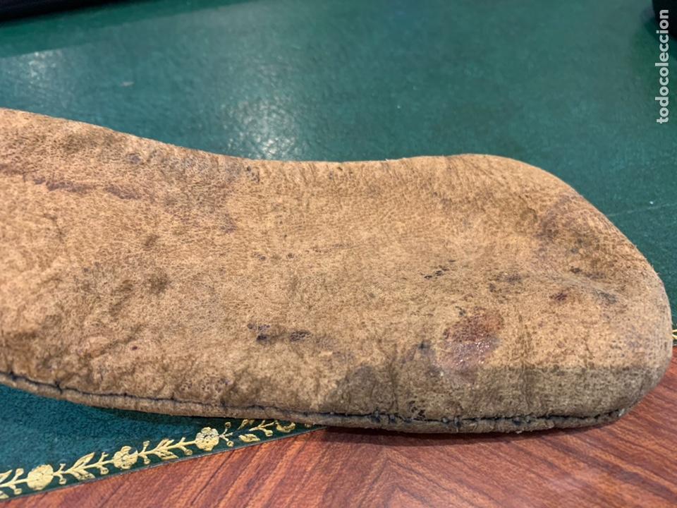 Militaria: Antigua Perdigonera o Polvorera de cuero y tapón de Madera - Foto 7 - 230496015