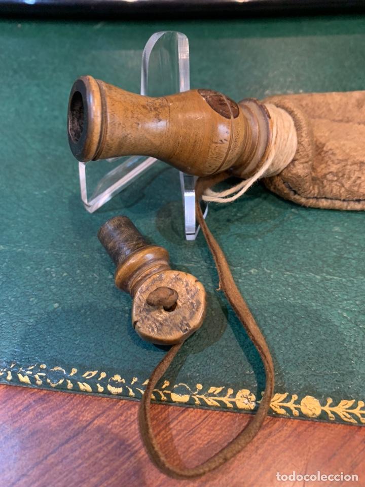 Militaria: Antigua Perdigonera o Polvorera de cuero y tapón de Madera - Foto 8 - 230496015