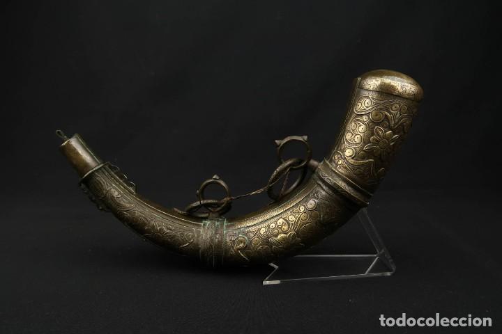 ANTIGUA POLVORERA ORIENTAL DE LATON LABRADO (Militar - Armas de Fuego de Avancarga y Complementos)