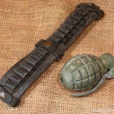 Militaria: GRANADA DE MANO INERTE CON CINTO PORTA BALAS. Lote 234575385