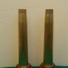 Militaria: DECORATIVA PAREJA DE VAINAS DE PROYECTIL BRONCE CON PEDESTAL DE MADERA , MIDEN 36,5 ALTURA. Lote 236762460