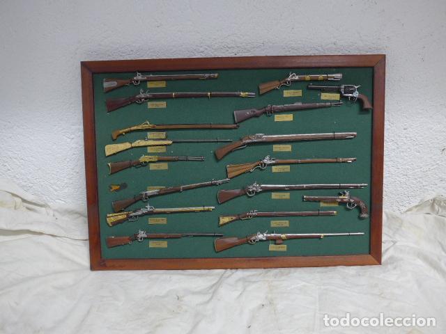 Militaria: Antiguo cuadro de fusiles y pistolas en miniatura, de madera y metal, ver fotos, muchas piezas. - Foto 2 - 241434910